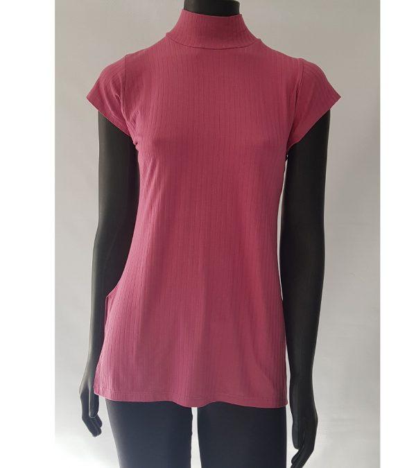 Blusa alongada com fenda nas laterais e gola alta.