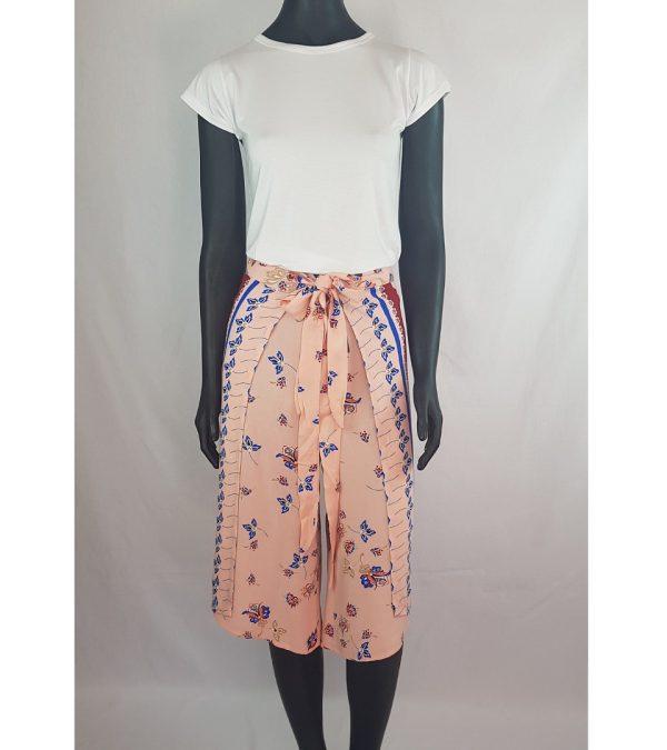 Calça versátil e despojada ideal para o verão. Seu tamanho é único, ajuste com amarração.